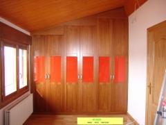 Armario  abuhardillado con 6 puertas abatibles en madera de cerezo con cristal naranja.