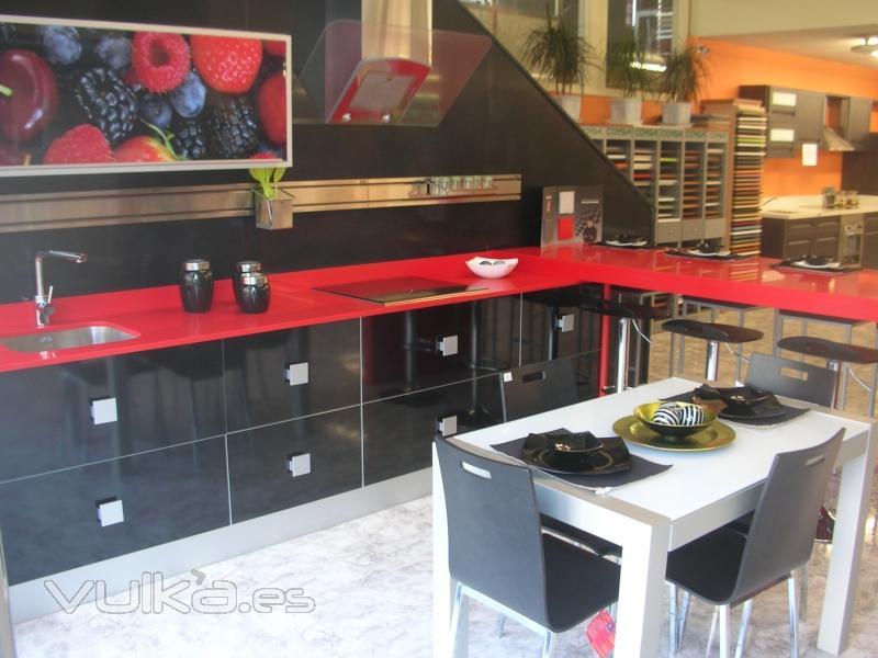 Foto: cocina moderna con color y vida.