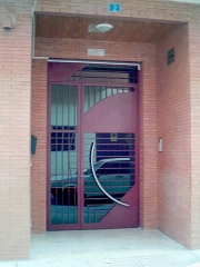 Puerta entrada edificio mula