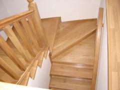 Escalera en madera de roble, balaustres rectos.