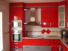 Cocina en formica roja de alto brillo, combinando con detalles en color gris