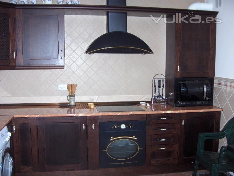 Foto cocina rustica en roble te ida en color wengue - Cocinas color roble ...