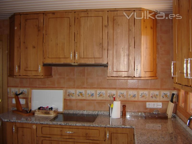 Foto cocina en pvc modelo rustico for Modelos de muebles de madera