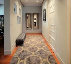 Hall de entrada a vivienda.dise�o de banqueta, alfombra y selecci�n de espejos.