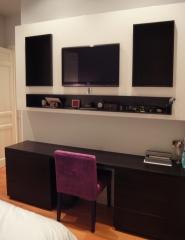Dise�o de mueble de apoyo en dormitorio. se oculta la tv y se acompa�a de hornacinas.