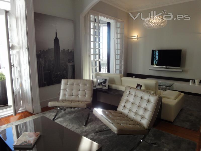 Foto sal n de dise o con 2 ambientes butacas barcelona - Salones con dos ambientes ...
