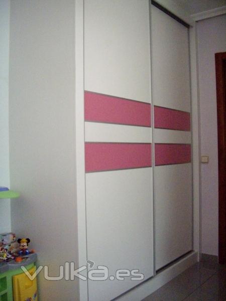 Foto frente de armario lacado en habitaci n infantil - Armario habitacion infantil ...