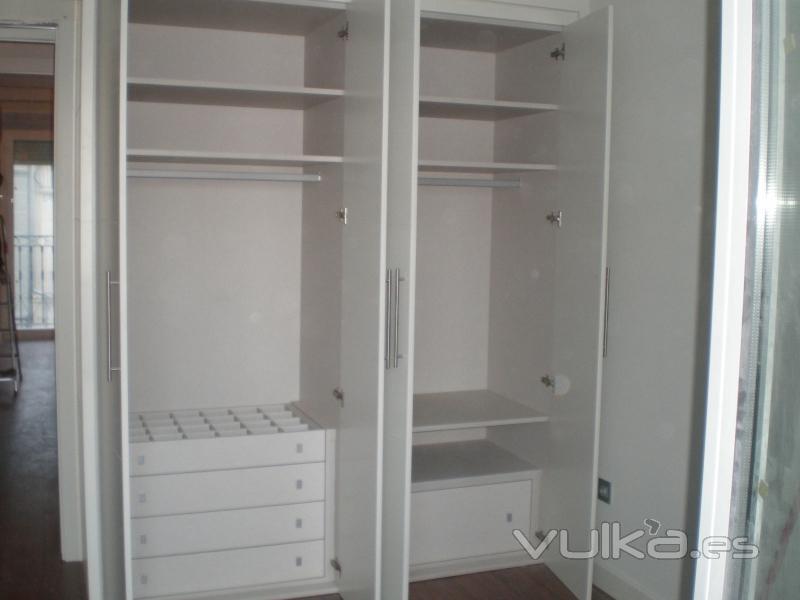 Foto armario lacado blanco cajonera interior y - Armario con zapatero ...