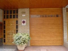 Puerta enrollable de aluminio imitación madera