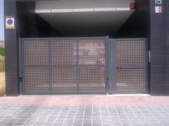 Puerta abatible comunitaria