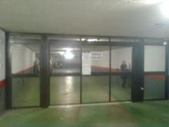 Puerta abatible en interior de garaje