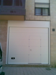 Puerta con peatonal insertada