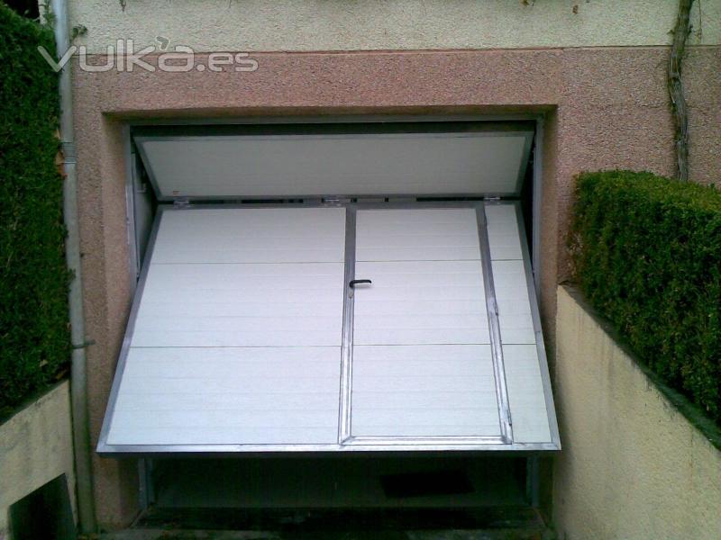 Foto puerta contrapesada residencial for Puerta garaje basculante precio