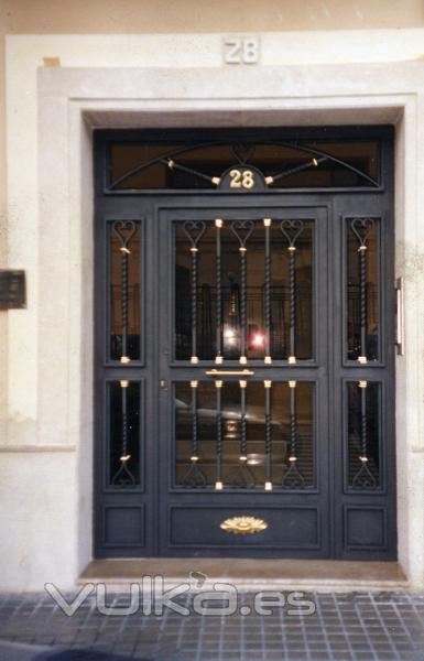 Foto cancela zagu n con macollas de lat n for Puerta zaguan aluminio