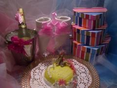 Regalos de feliz cumpleaños, con tarta y velas.