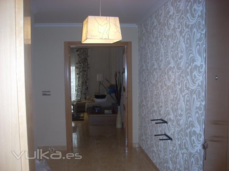 Foto empapelado y pintado de salon y recibidor for Papel para paredes salon