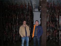 En la bodega seleccionando la reserva de jamones y paleta 08