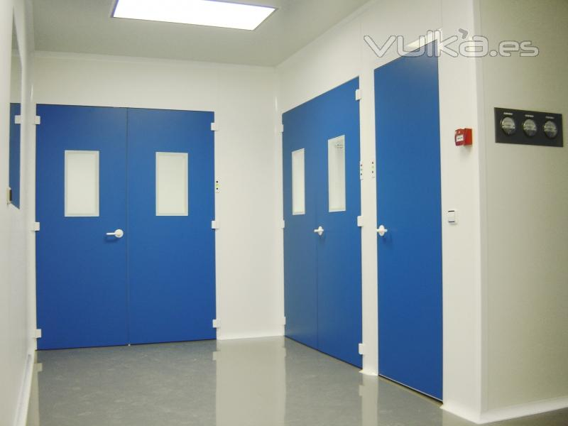 Foto puertas simples y dobles para salas blancas for Puertas blancas dobles