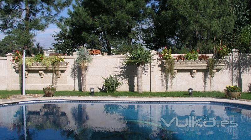 Foto jardineras colgantes talladas en piedra natural for Jardineras de piedra natural
