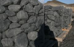 Bolos decorativos negros en jaula de malla galvanizada