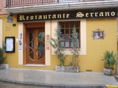 Entrada principal del restaurante serrano