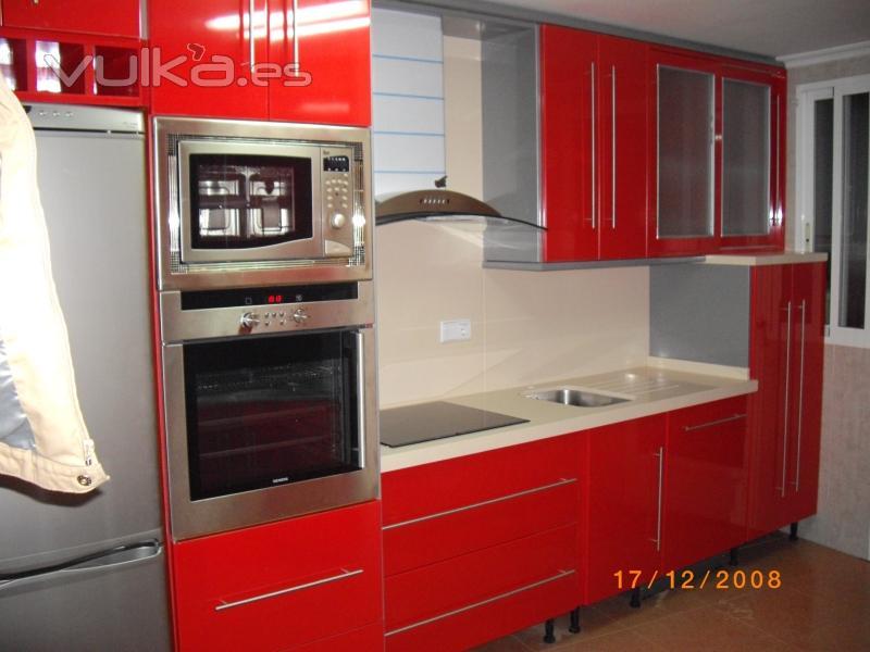 Cocina combinada Rojo Ferrari y Acero Gris, encimera de Silestone