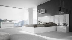 Muebles dormitorio con detalles del cabezal en metal plata