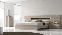Dormitorio con luz en el cabezal