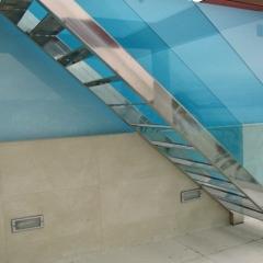 Escalera de �nox y cristal en terraza interior