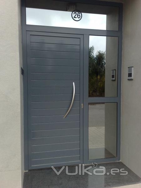 Foto puerta entrada en aluminio de perfiles felman for Puerta entrada aluminio