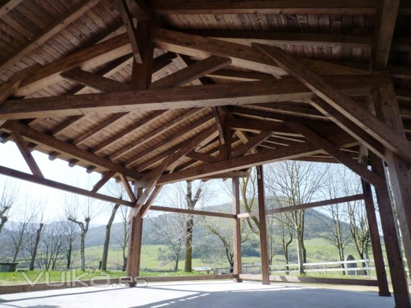 Foto cubierta a dos aguas sobre p rticos y pilares de madera for Tejados de madera a cuatro aguas