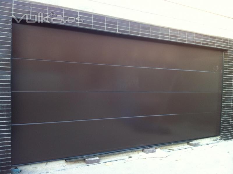 Foto puerta seccional panel liso dise o for Puertas de cochera automaticas