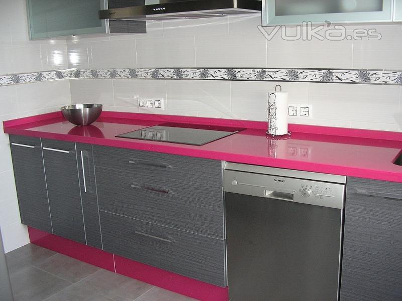Foto cocina compac fucsia - Cocinas rosa fucsia ...