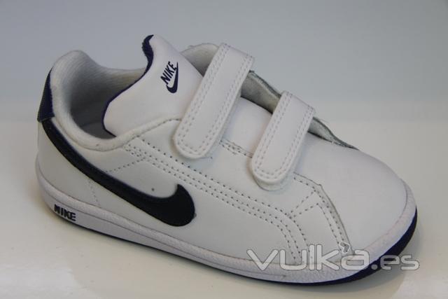 Deportiva de Nike con velcro, www.trescatorcezapatos.com
