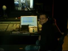 El productor musical Gino LaRed durante la sesión de metales de