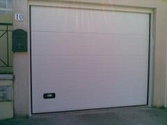 Puerta seccional acanalada blanca automatica