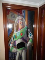Puerta decorada con vinilo de buzz lightyear