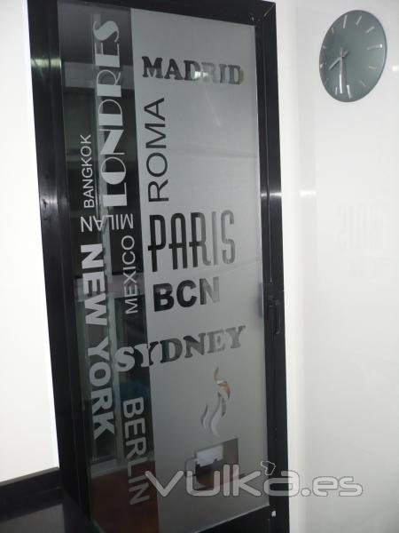 Foto puerta galeria decorada con vinilo acido textual - Vinilo puerta cocina ...