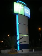 Monolito 9 metros con rotulos integrados holiday inn express