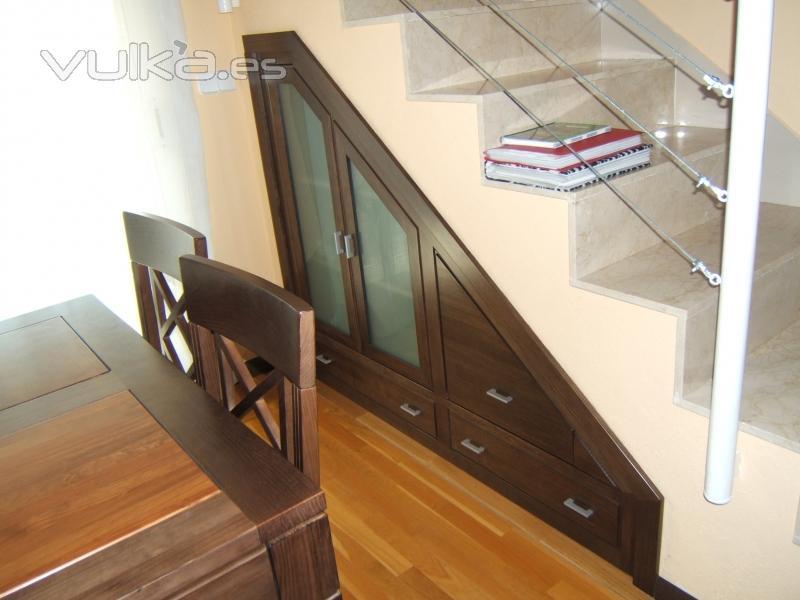 Foto mueble empotrado bajo escalera tres cajones dos for Muebles bajo escalera fotos