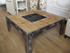 Bonita mesa de cetro 90 x 90 de madera ,las patas y los cubos centrales  tienen un acabado que parec