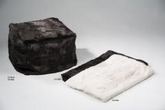 Mantas y puffs de piel de conejo en marr�n y en piedra.