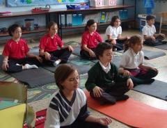 Clase de yoga para niños impartida en el colegio calasanz - escolapios de santander