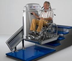 Plataforma elevadora inclinada para sillas de ruedas. tramos rectos y curvas.