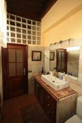 Alicatado de baño en casa antigua de piedra y pavel