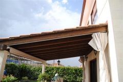 Porche de madera, toldo vertical y cortina