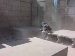 Proyectando chorro de arena.