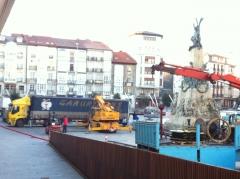 Un Cami�n de Garurtrans en la Plaza de la Virgen Blanca en pleno centro de Vitoria - Gasteiz