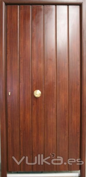 Foto puertas exteriores duela vertical for Imagenes de puertas de madera exteriores