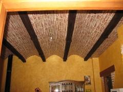 Bodega con falso techo de pladur, empapelado con papel pintado, imitando al ladrillo y paredes envejecidas con patina